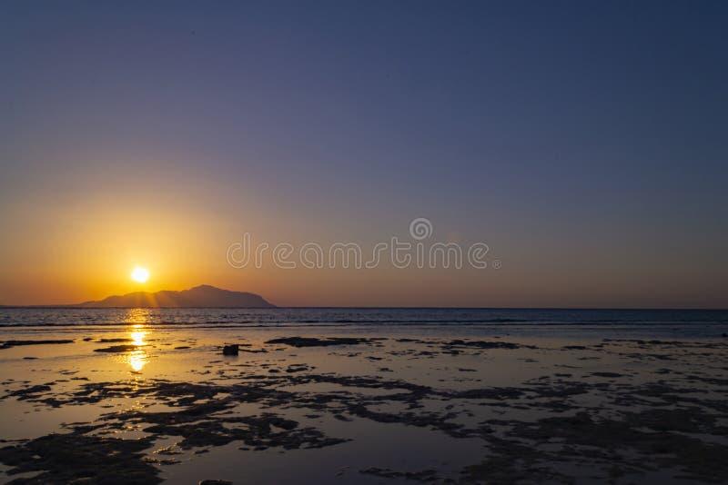 Puesta del sol maravillosa sobre la isla de Tiran Mar Rojo, la Arabia Saudita imagen de archivo
