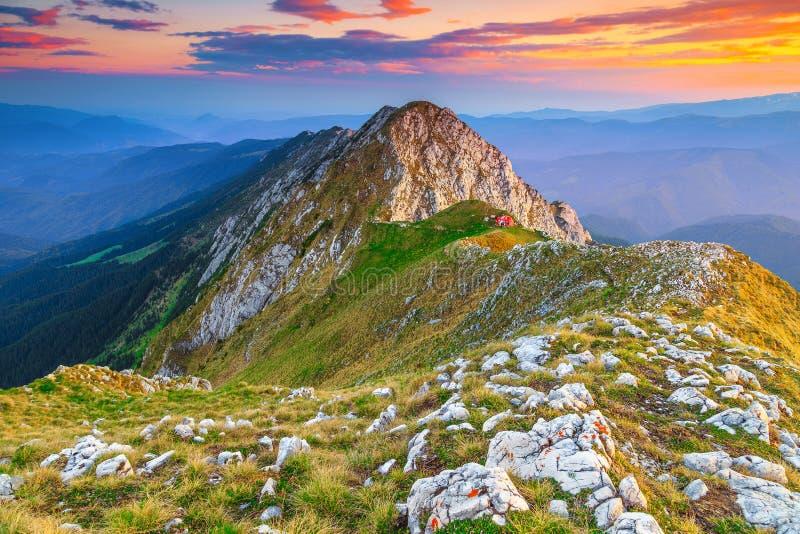 Puesta del sol maravillosa y nubes coloridas, montañas de Piatra Craiului, Cárpatos, Rumania imagen de archivo