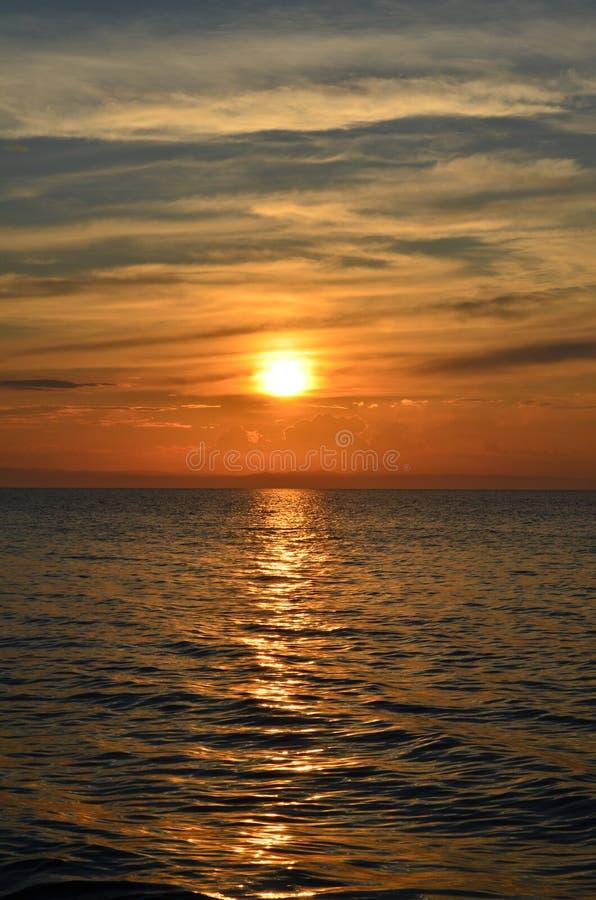 Puesta del sol marrón hermosa en el lago Baikal imagen de archivo