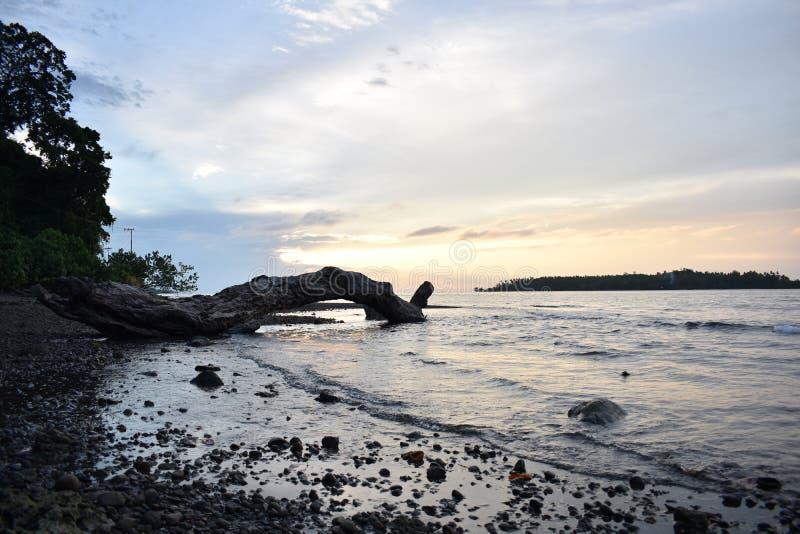 Puesta del sol Nabire Papua Indonesia fotografía de archivo libre de regalías