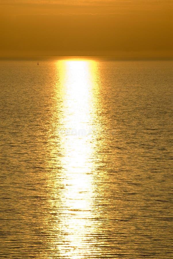 Puesta del sol nebulosa de los barcos de vela i fotografía de archivo