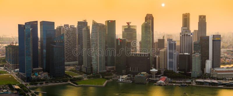 Puesta del sol nebulosa sobre Singapur fotos de archivo libres de regalías