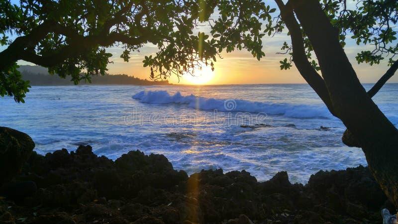 Puesta del sol del norte de Hawaii de la orilla imagen de archivo libre de regalías