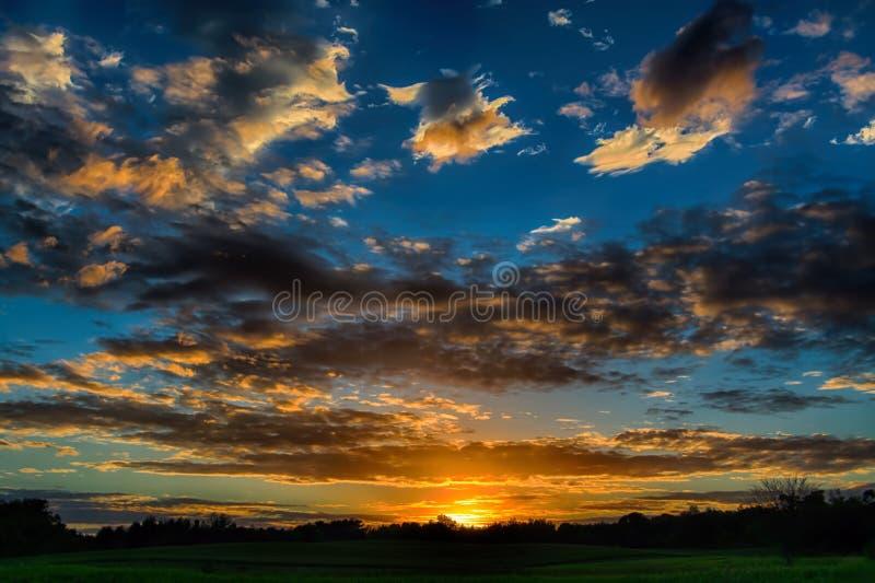 Puesta del sol nublada imagenes de archivo