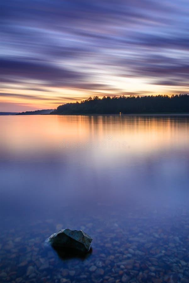 Puesta del sol nublada en el lago reservado imagen de archivo libre de regalías
