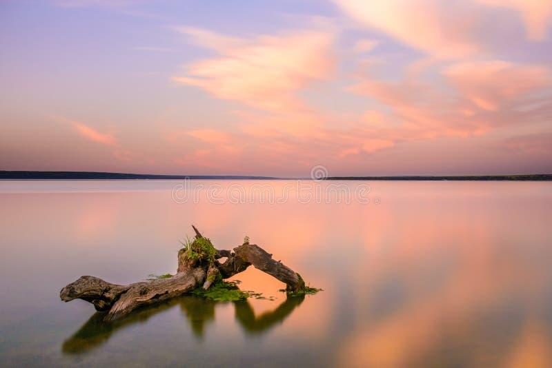 Puesta del sol nublada en el lago reservado foto de archivo libre de regalías