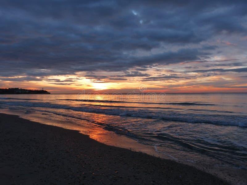 Puesta del sol nublada y el mar foto de archivo libre de regalías