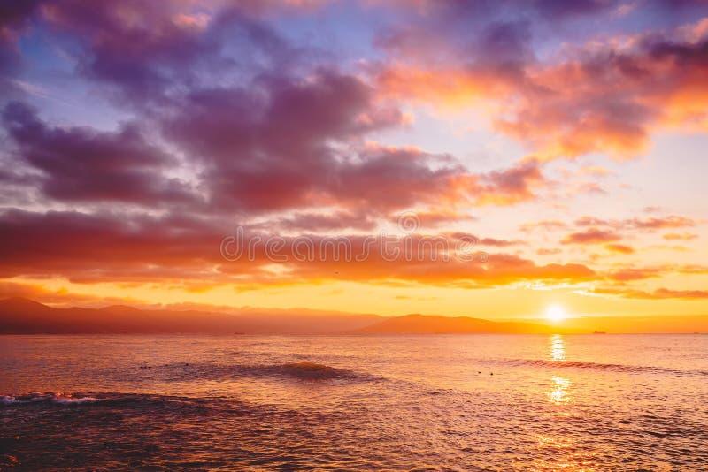 Puesta del sol o salida del sol brillante en el océano Paisaje con colores calientes de la puesta del sol o de la salida del sol imagen de archivo libre de regalías