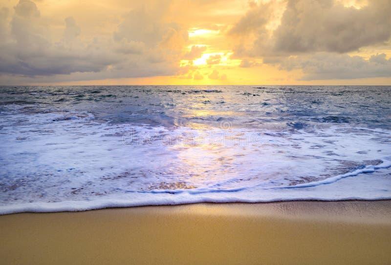 Puesta del sol o salida del sol de la playa con colorido del cielo de la nube imagen de archivo