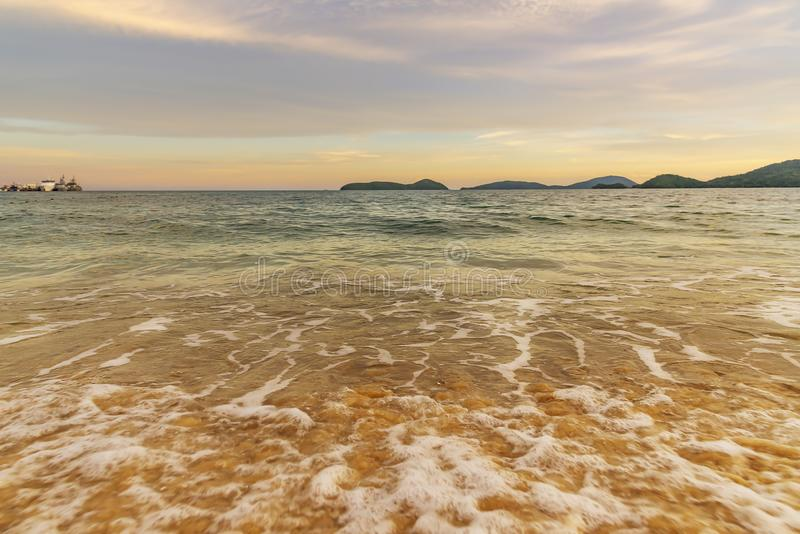 Puesta del sol o salida del sol de la playa con colorido del cielo y de la luz del sol de la nube imagen de archivo libre de regalías