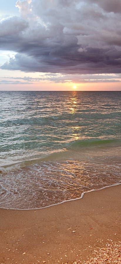 Puesta del sol o salida del sol de la playa imagenes de archivo