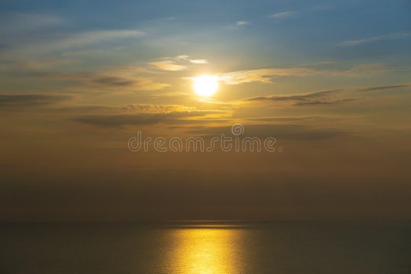Puesta del sol o salida del sol en la mezcla caliente y fresca de la vista al mar del tono en cuanto a verano fotos de archivo libres de regalías