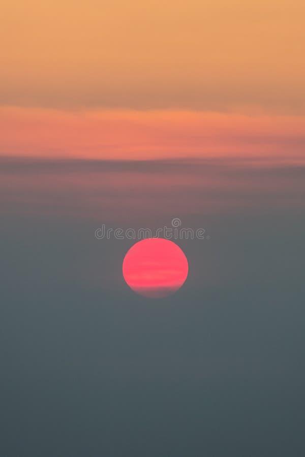 Puesta del sol obscurecida por el humo de incendio fuera de control en California fotografía de archivo