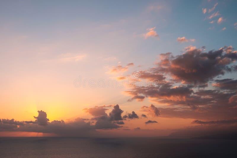 Puesta del sol del océano - cielo escénico sobre el agua - fondo del sol de la tarde imagen de archivo