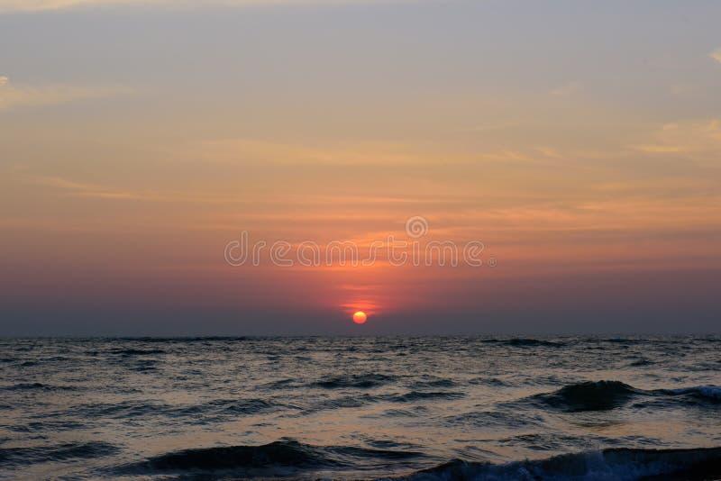 Puesta del sol del océano en un cielo nublado El Mar Arábigo, Goa, la India fotos de archivo