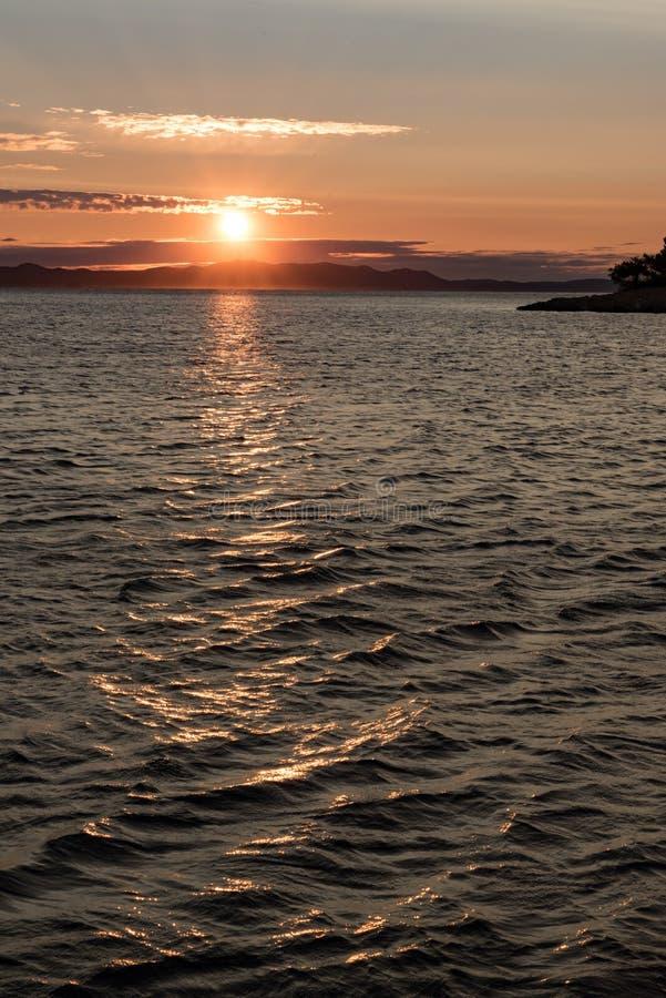 Puesta del sol del oro sobre el mar en Croacia fotos de archivo libres de regalías