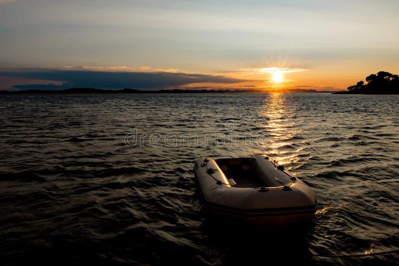Puesta del sol del oro sobre el mar en Croacia imágenes de archivo libres de regalías