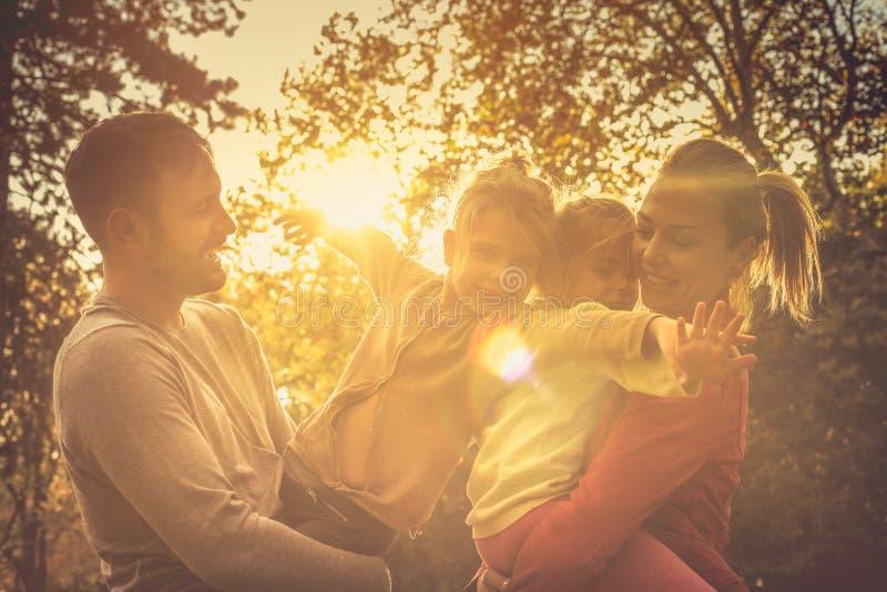 Puesta del sol del otoño Familia divertida imágenes de archivo libres de regalías