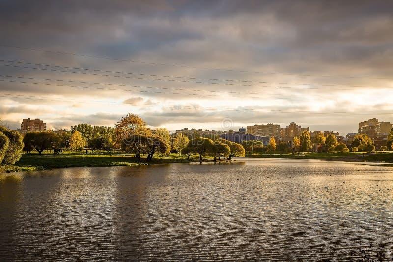 Puesta del sol del otoño sobre el lago fotografía de archivo