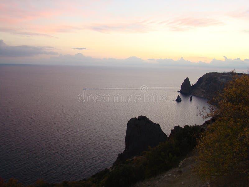 Puesta del sol del otoño sobre el mar fotos de archivo libres de regalías