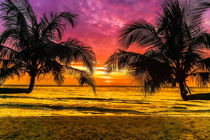 Puesta del sol púrpura en la playa tropical en la isla de Koh Kood en Tailandia imágenes de archivo libres de regalías