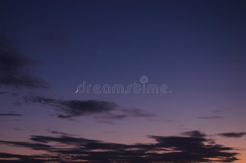 Puesta del sol púrpura rosada sobre el retrowave de la ciudad foto de archivo libre de regalías