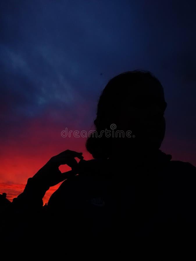 Puesta del sol púrpura y muchacha fotos de archivo libres de regalías