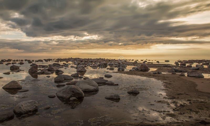 Puesta del sol pacífica en el golfo de Riga imagen de archivo