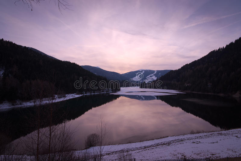 Puesta del sol pacífica en el lago Olang en el Tyrol del sur, Italia imagen de archivo libre de regalías