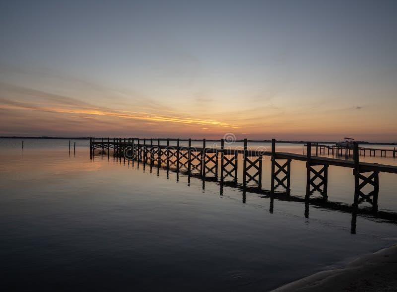 Puesta del sol pacífica en laguna india del río imagen de archivo libre de regalías