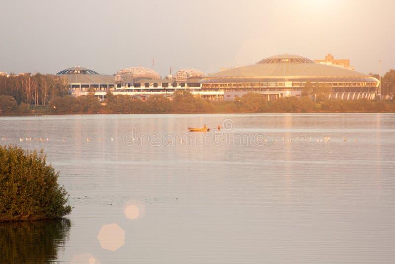 Puesta del sol del paisaje con la ciudad y el lago europeos Paisaje del otoño con los árboles amarillos y verdes, río fotografía de archivo