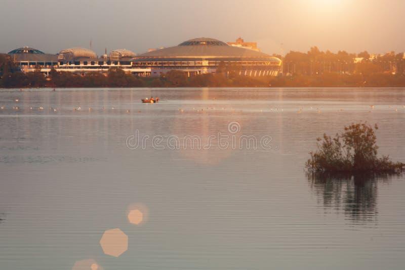 Puesta del sol del paisaje con la ciudad y el lago europeos Paisaje del otoño con los árboles amarillos y verdes, río imagenes de archivo
