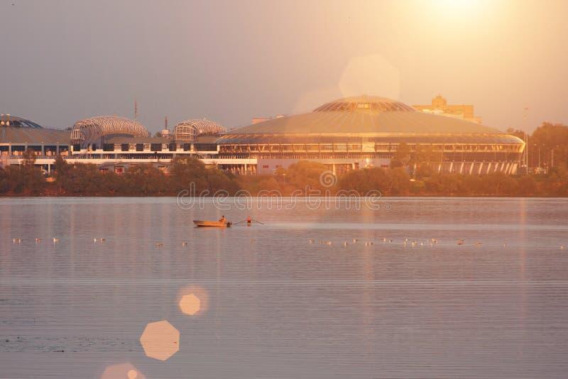 Puesta del sol del paisaje con la ciudad y el lago europeos Paisaje del otoño con los árboles amarillos y verdes, río imagen de archivo libre de regalías