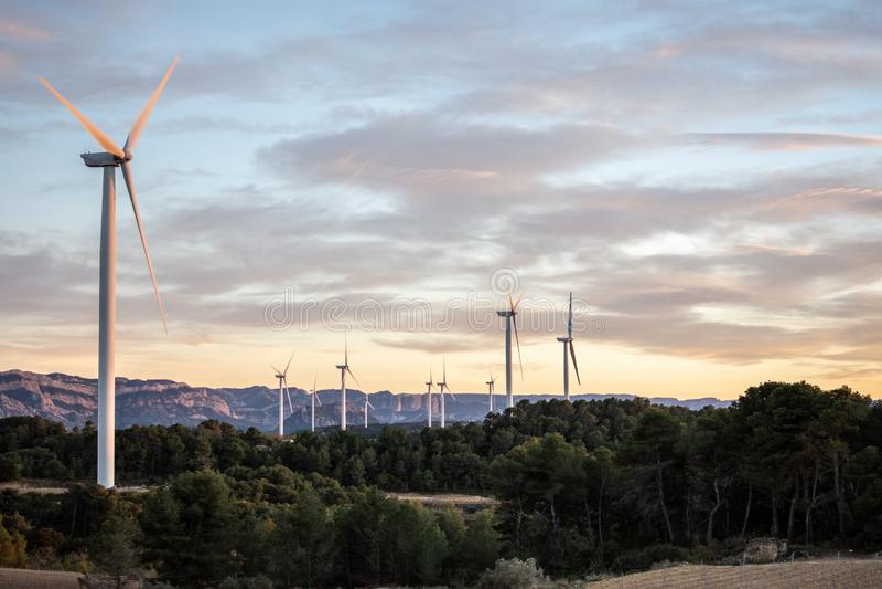 Puesta del sol del paisaje con los molinoes de viento imágenes de archivo libres de regalías