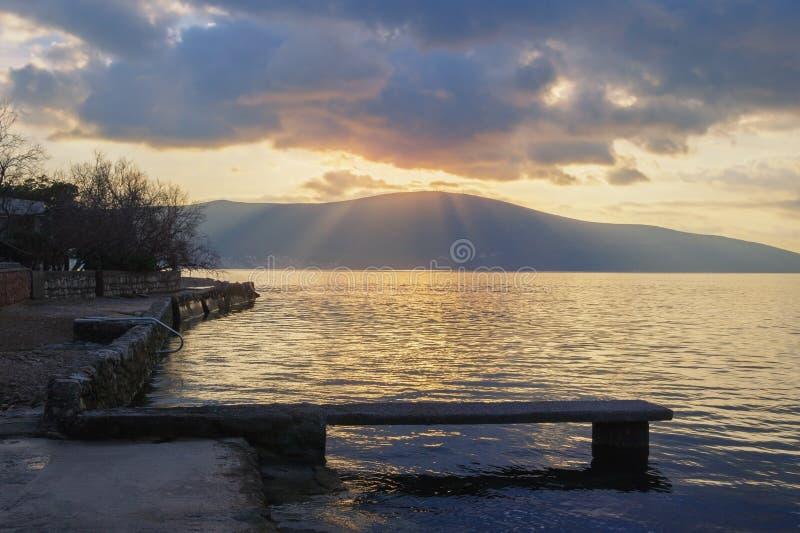 Puesta del sol Paisaje de igualación hermoso con los rayos de la luz a través de las nubes montenegro fotos de archivo libres de regalías