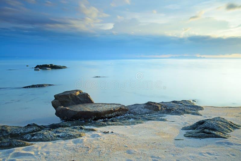 Puesta del sol del paisaje marino con la superficie fantástica de la roca, exposición larga imagenes de archivo