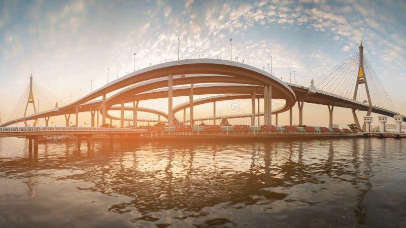 Puesta del sol del panorama sobre puente colgante fotografía de archivo
