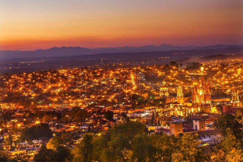 Puesta del sol Parroquia de San Miguel de Allende Mexico Miramar Overlook foto de archivo