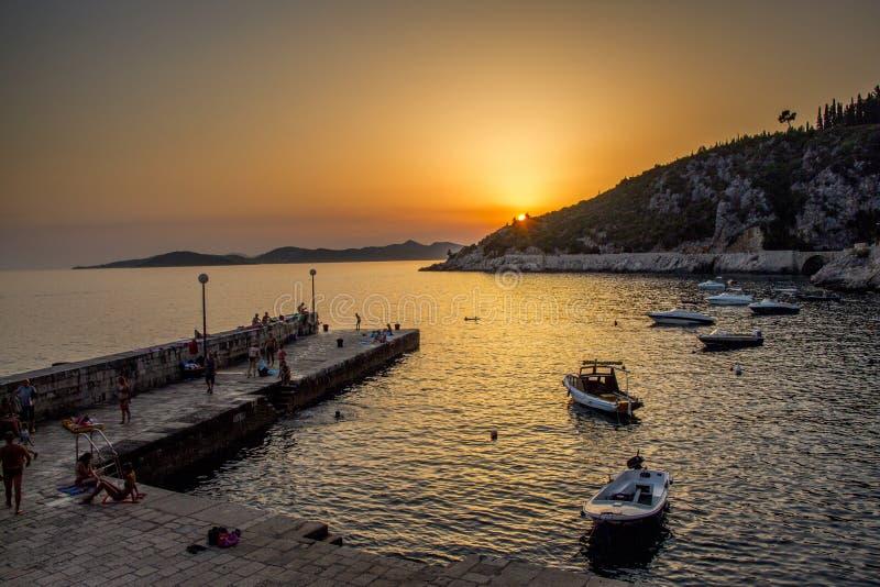 Puesta del sol del pequeño puerto en Croacia fotografía de archivo