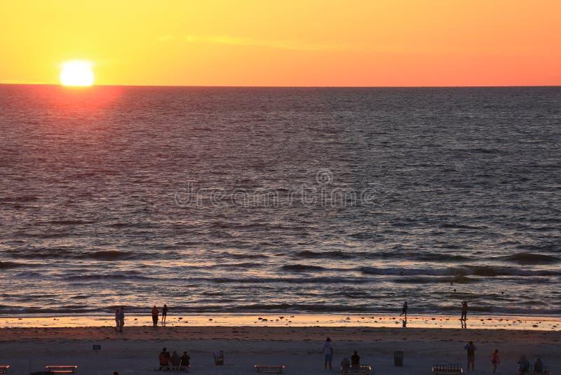 Puesta del sol perfecta en el océano en el Golfo de México fotos de archivo