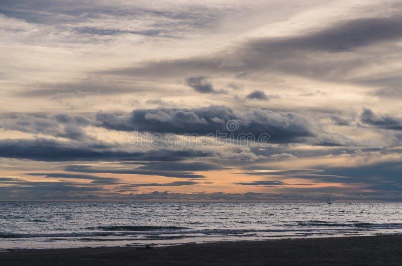Puesta del sol pesada sobre el mar fotos de archivo