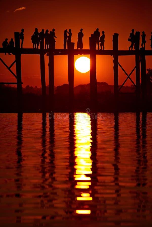 Puesta del sol pintoresca en el lago Taungthaman imágenes de archivo libres de regalías