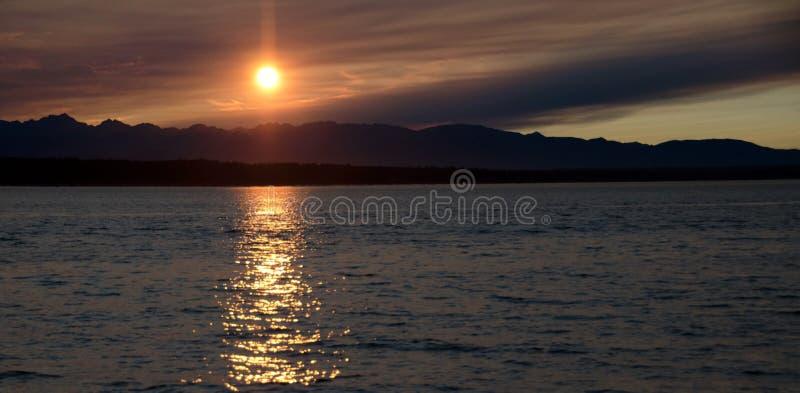 Download Puesta Del Sol Pintoresca En Puget Sound Imagen de archivo - Imagen de playa, humo: 100527805