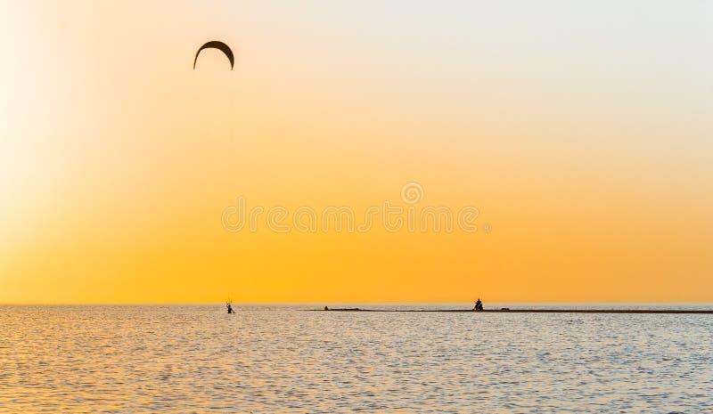Download Puesta Del Sol Pintoresca Sobre El Escupitajo De La Arena En El Mar Foto de archivo - Imagen de hombre, licencia: 41910536