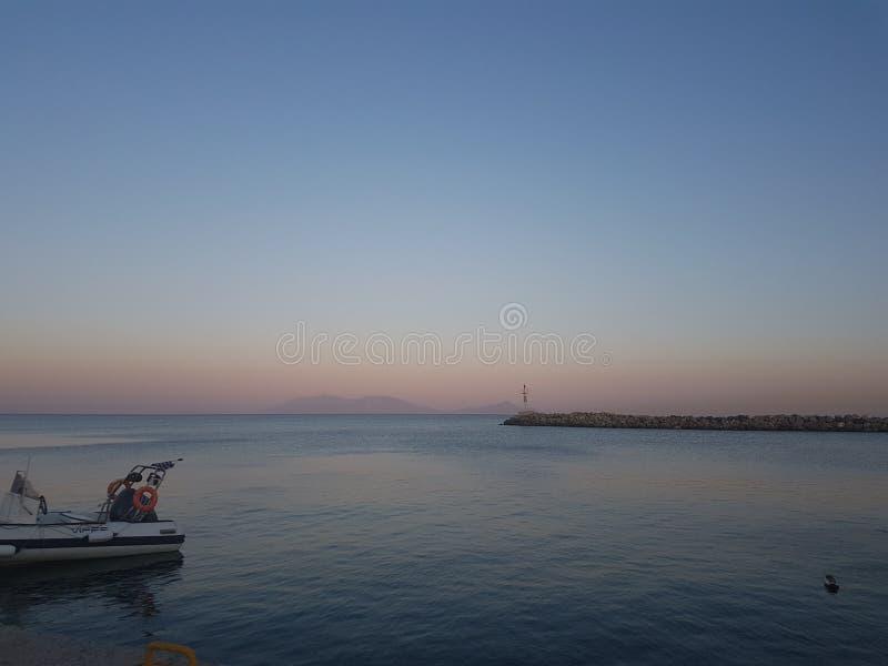 Puesta del sol por el mar foto de archivo libre de regalías