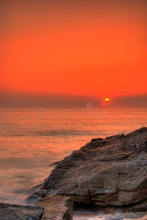 Puesta del sol por el océano foto de archivo libre de regalías