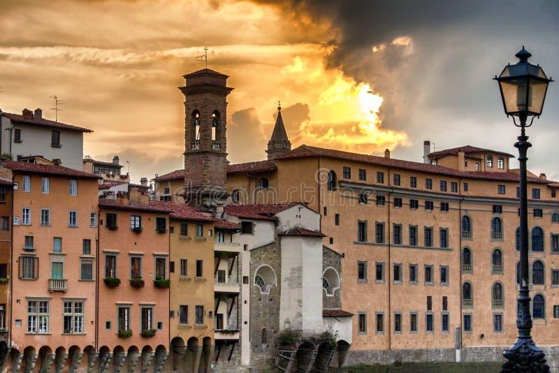 Puesta del sol por el río Arno en Florencia fotografía de archivo libre de regalías