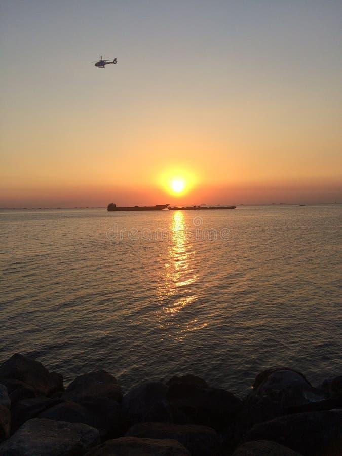 Puesta del sol por la bahía foto de archivo libre de regalías