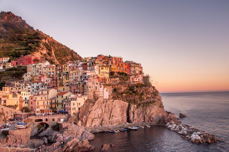 Puesta del sol por la playa: Cinque Terre Beauty imágenes de archivo libres de regalías