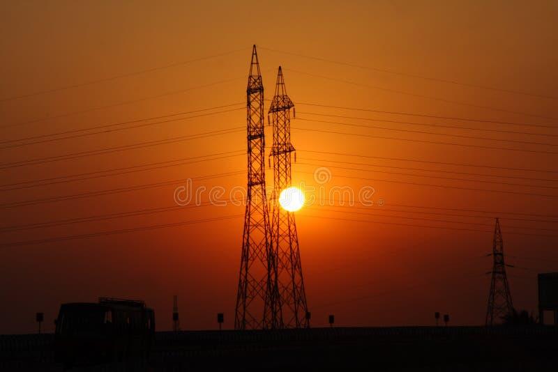 Puesta del sol por la torre imagenes de archivo
